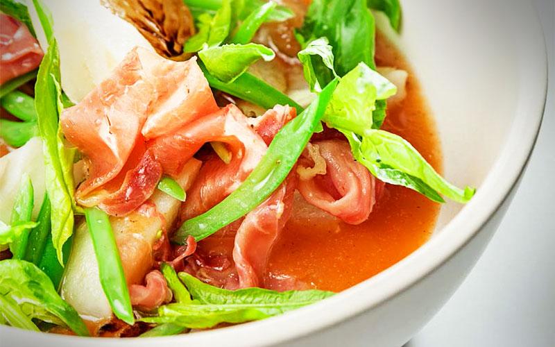 receta pescado envuelto en Jamon Consorcio Serrano con guiso de alubias, chorizo y salsa mexicana