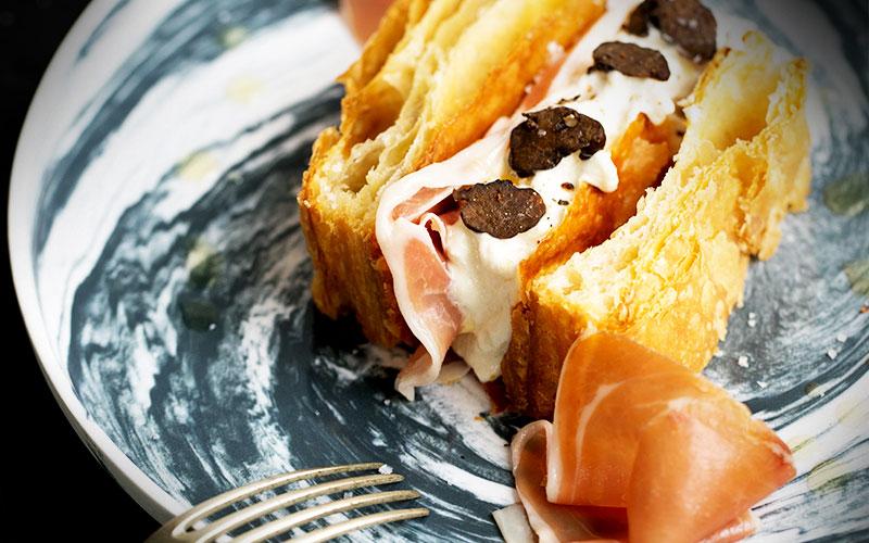 recette mille-feuilles au jambon consorcio serrano, chantilly de boudin blanc et lamelles de truffe