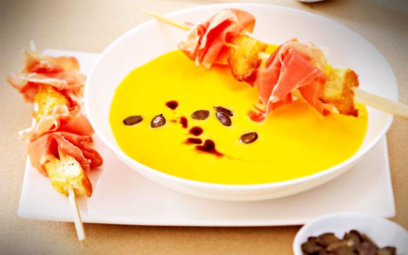 rezepte Kürbissuppe mit Serrano-Schinken-Röstbrotspießendel